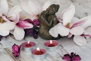Buddha mit Teelichtern