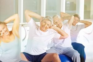 Gruppe Senioren macht Rückentraining
